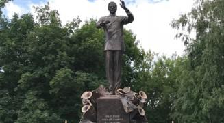Памятник дирижёру