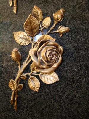 Бронзовые розы на памятнике