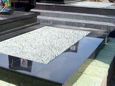 Бетонный цоколь на кладбище с облицовкой