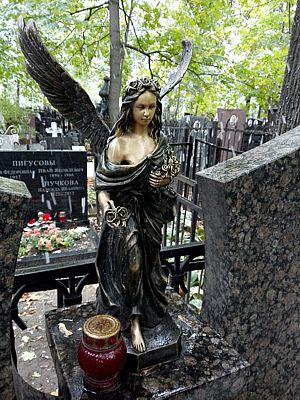 Бронзовая статуя на памятнике