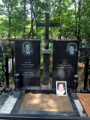 Двойной памятник с крестом на могиле