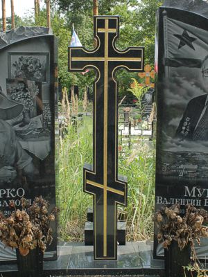 Гранитный крест с позолотой