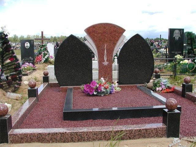 комбинированный памятник из красного и чёрного гранита