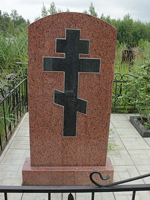 памятник с крестом из габбро-диабаза