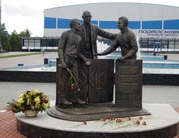 Памятник основателям команды химик