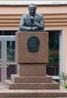 памятник Виктору Доркину