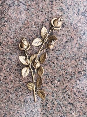 Бронзовая роза на памятнике